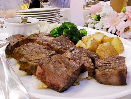大晩餐会:博多和牛の一口ステーキ 和風ソースで